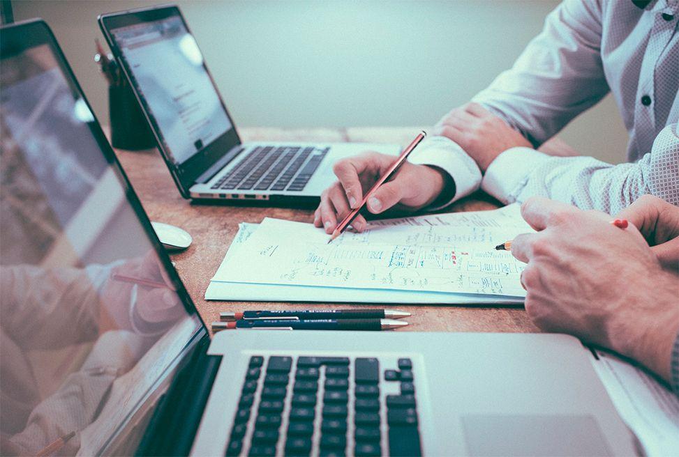 https://pixabay.com/es/photos/oficina-negocio-colegas-reunión-1209640/