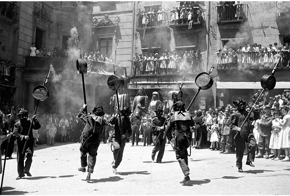 Fons Josep Deseuras i Vilanova. Arxiu Comarcal del Berguedà. Patum de lluiment (les Maces), 1955